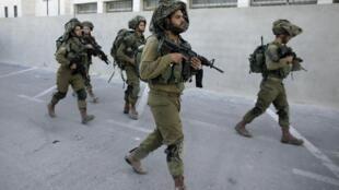 Soldados buscam os três adolescentes israelenses; na cidade de Hebron, 16 de junho de 2014.