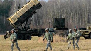 Quân đội Mỹ và hệ thống lá chắn tên lửa Patriot trong một cuộc tập trận chung tại Sochaczew, gần Vacxava, ngày 21/03/2015.