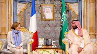 Saudi Crown Prince Mohammed bin Salman (R) meeting with French Defence Minister Florence Parly in Jeddah, 8 July 2018.