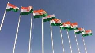 Des drapeaux du Niger à Zinder.