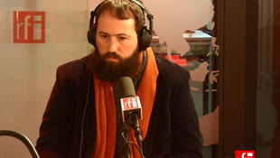 O escritor Julián Fuks em entrevista para a RFI Brasil.