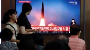 Tại Seoul, Hàn Quốc, ngày 31/07/2019, truyền hình chiếu cảnh một tên lửa tầm ngắn của Triều Tiên được bắn đi.