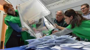 Избирательная комиссия приступает к подчсету голосов в Кутаиси, 28 октября 2018.