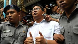 O jornalista Wa Lone levado para a prisão depois do anúncio da  sentença de sete anos de prisão que lhe foi aplicada. Rangoon, 3 de Setembro de 2017