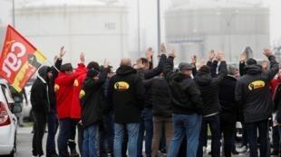 2020年1月7日,法国总工会CGT扩大抗议活动, 组织工人围困一些道达尔石油公司炼油厂,抗议政府的退休金制度改革方案。