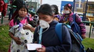 Des familles indiennes après leur expulsion d'un bâtiment où elles logeaient à Bogota, le 1er avril 2020.