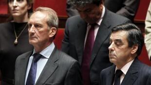 Минута молчания в Национальном собрании. Министр обороны Жерал Лонге (Л) и премьер-министр Франсуа Фийон 13/07/2011