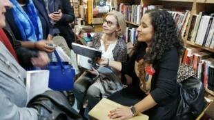 """Luísa Semedo (à direita), durante a apresentação seu romance """"O Canto da Moreia"""" no passado dia 10 de Outubro em Paris."""