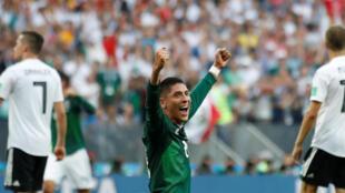 Edson Alvarez celebra a  incrível vitória do México sobre a Alemanha, campeã mundial, pelo resultado de 1 a 0 em Moscovo no  primeiro  encontro a  contar para o  Grupo F do Mundial de Futebol  2018.