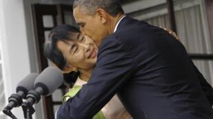 Barack Obama avec Aung San Suu Kyi après leur discours, le 19 novembre 2012.
