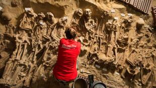 Arqueólogos del INRAP  revelan cientos de restos humanos en el subsuelo de un supermercado.