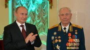 Vladimir Poutine et le dernier maréchal de l'Union soviétique et ancien ministre de la Défense, Dmitri Iazov, en novembre 2014.