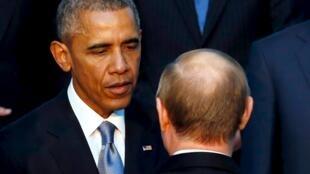 Президент США Барак Обама (слева) и президент РФ Владимир Путин во время саммита «Большой двадцатки» в Анталии, Турция, 15 ноября 2015.