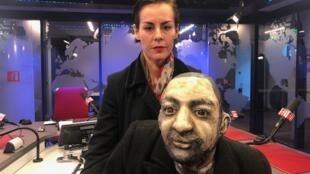 A atriz Nina Vogel com a marionete do pintor francês Henri de Toulouse-Lautre.