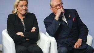 Jean-Marie Le Pen (d), anunciou que retira sua candidatura para as eleições regionais após ameaças da filha Marina (e).