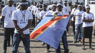 Des militants de la Lucha dans le cortège funéraire du militant congolais pro-démocratie Luc Nkulula, le 14 juin 2018 à Goma.
