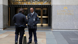 Cảnh sát và nhân viên bảo vệ trước khu nhà 30 Rockefeller Plaza, nơi ở của ông Michael Cohen, luật sư riêng của tổng thống Donald Trump, New York, Hoa Kỳ, ngày 09/04/2018