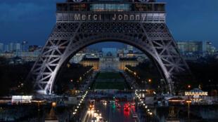 Надпись «Спасибо, Джонни» появилась на Эйфелевой башне вечером 8 декабря.