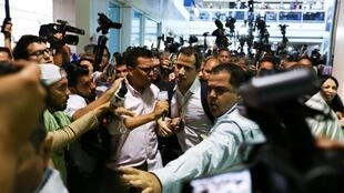Explosivos teriam sido descobertos durante chegada de Guaidó e seu tio no Aeroporto Internacional Simon Bolivar.