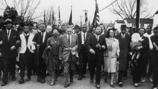 Mục sư Martin Luther King và bà Rosa Parks trong cuộc tuần hành từ Selma đến Montgomery 1965 - Getty Images /William Lovelace