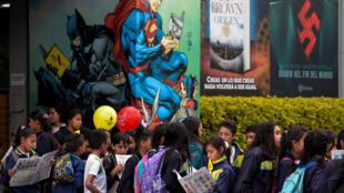 Les enfants assistent à la XXXIe Foire internationale du livre de Bogota, le 18 avril 2018 à Bogota.