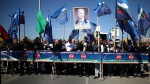 Des manifestants bloquent la frontière pour empêcher des citoyens turcs également détenteurs de la nationalité bulgare de venir voter aux législatives le 24 mars 2017.