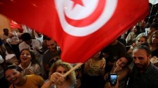 Os apoiadores do candidato detido Nabil Karoui comemoram após os resultados não oficiais das eleições presidenciais tunisianas de 15 de setembro de 2019 em Túnis, Tunísia.
