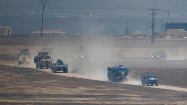 Des véhicules militaires turcs et russes patrouillent dans le Nord-Est syrien, près de la ville turque de Kiziltepe, le 1er novembre 2019.