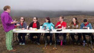 Un journaliste (à gauche) pose des questions aux six volontaires de la Nasa, qui ont vécu isolés pendant 365 jours pour simuler la vie sur Mars, à Hawaï, le 29 août 2016.