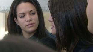 Reprodução vídeo de Manon Serrano e sua mãe durante audiencia em 2 de dezembro de 2014.