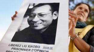 Một người biểu tình mang ảnh Lưu Hiểu Ba khi biểu tình phản đối chuyến đến Pháp của chủ tịch Trung Quốc Hồ Cẩm Đào. Ảnh ngày 06 tháng 11/2010 tại Carros, gần Nice, miền nam Pháp.