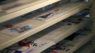 Парижская мэрия начала работу над созданием фонда документов – рисунков и посланий, оставленных на улицах столицы после терактов 13 ноября.