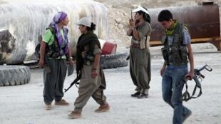 Milicianos del Partido de los Trabajadores del Kurdistán (PKK) en el frente contra los yihadistas del grupo EI, Makhmur.