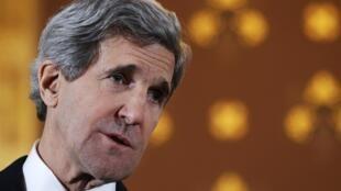 """O secretário de Estado americano John Kerry em Londres, na segunda-feira (25). Em Berlim, ele se reuniu com Sergueï Lavrov e disse que americanos tem o """"direito de serem estúpidos""""."""