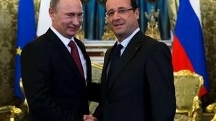 France's President Francois Hollande (R) and Russia's President Vladimir Putin shakes hands prior to their talks in Moscow's Kremlin 28 February 2013.