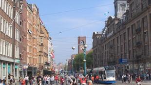 Damrak, l'une des avenues les plus touristiques d'Amsterdam.