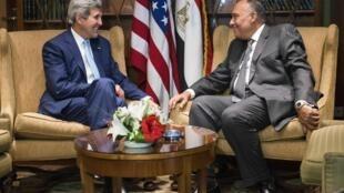 O secretário de Estado americano, John Kerry (à esquerda), e o ministro egípcio das Relações Exteriores, Sameh Shoukry, neste domingo no Cairo.