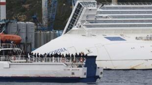 Familiares e sobreviventes do naufrágio do Costa Concordia homenagem vítimas, um ano depois da tragédia.