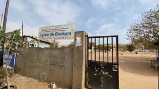 Devant le lycée de Ouakam, à Dakar, qui s'appellera désormais lycée Amath Dansokho.