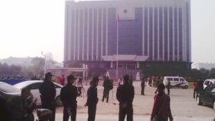 刘萍开庭的当天,江西新余渝水区法院门前戒备森严。2013年10月28日。