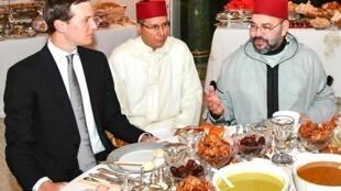 摩洛哥國王穆罕默德六世(右)與庫什納(左)吃開齋飯2019年5月28日皇家宮殿
