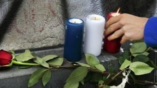 Près du Bataclan, des bougies aux couleurs du drapeau tricolore sont disposées pour rendre hommage aux victimes.