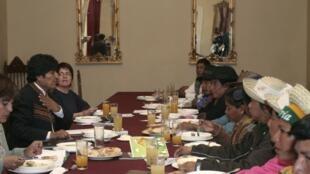 O presidente da Bolívia, Evo Morales (e), participa de reunião com representantes indígenas em La Paz.