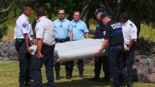 在法國留尼旺島發現一個2米長飛機殘片疑似馬航370班機殘骸2015年7月29日