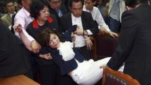 台湾立委赵丽云在4月21日发生的立委争吵中昏倒被送医院