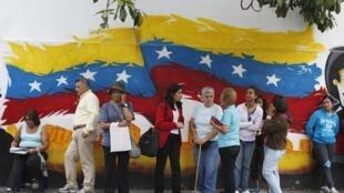 Venezuelans line up before casting their vote, Caracas, 7 October, 2012