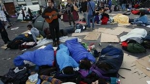 Les manifestants espagnols se réveillent sur la Puerta del Sol de Madrid, le 21 mai 2011.