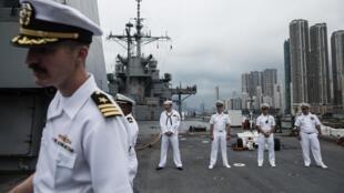Des membres de l'USS Blue Ridge lors de son passage à Hong Kong en avril 2019.