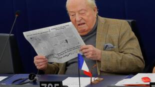 Jean-Marie Le Pen lê jornal antes de uma sessão no Parlamento Europeu em Estrasburgo, na França, em 14 de março de 2018.