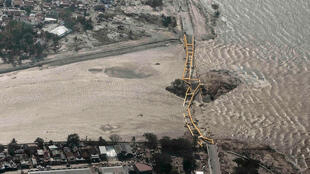 Une vue aérienne montre un pont endommagé par un tremblement de terre et un tsunami à Palu, dans le Sulawesi central, en Indonésie, le 29 septembre 2018.